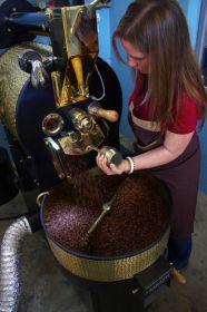 Stroj na 10 kg kávy v akci