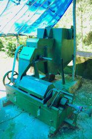 Jednoduchý stroj sloužící k rozrušení oplodí kávových bobulí